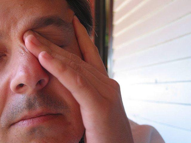 Глаза красные и чешутся - что делать, лечение, причины и симптомы