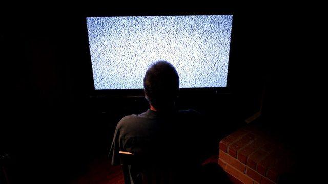 Просмотр телевизора в темноте - вредно или нет, можно или нельзя