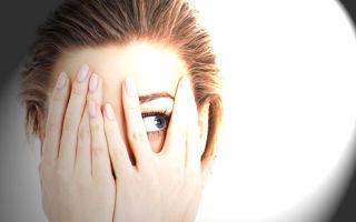 Болят глаза от света - причины, что делать